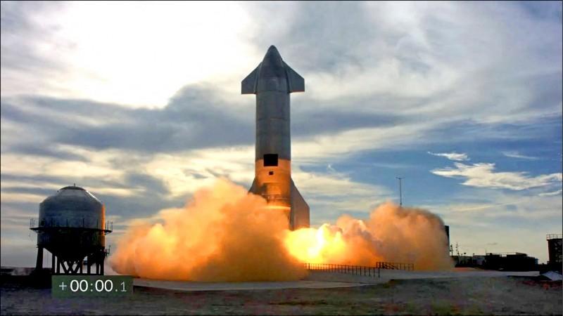 星艦第十號原型機約於美東時間下午六點廿分,從德州波卡契卡發射場升空。(法新社)