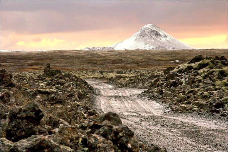 三日午後被偵測到顯示有可能噴發的冰島火山凱利爾山(Mount Keilir)。(取自維基百科)