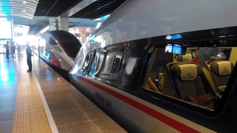 中國北京車站開往上海的高鐵。(記者蔡文居攝)