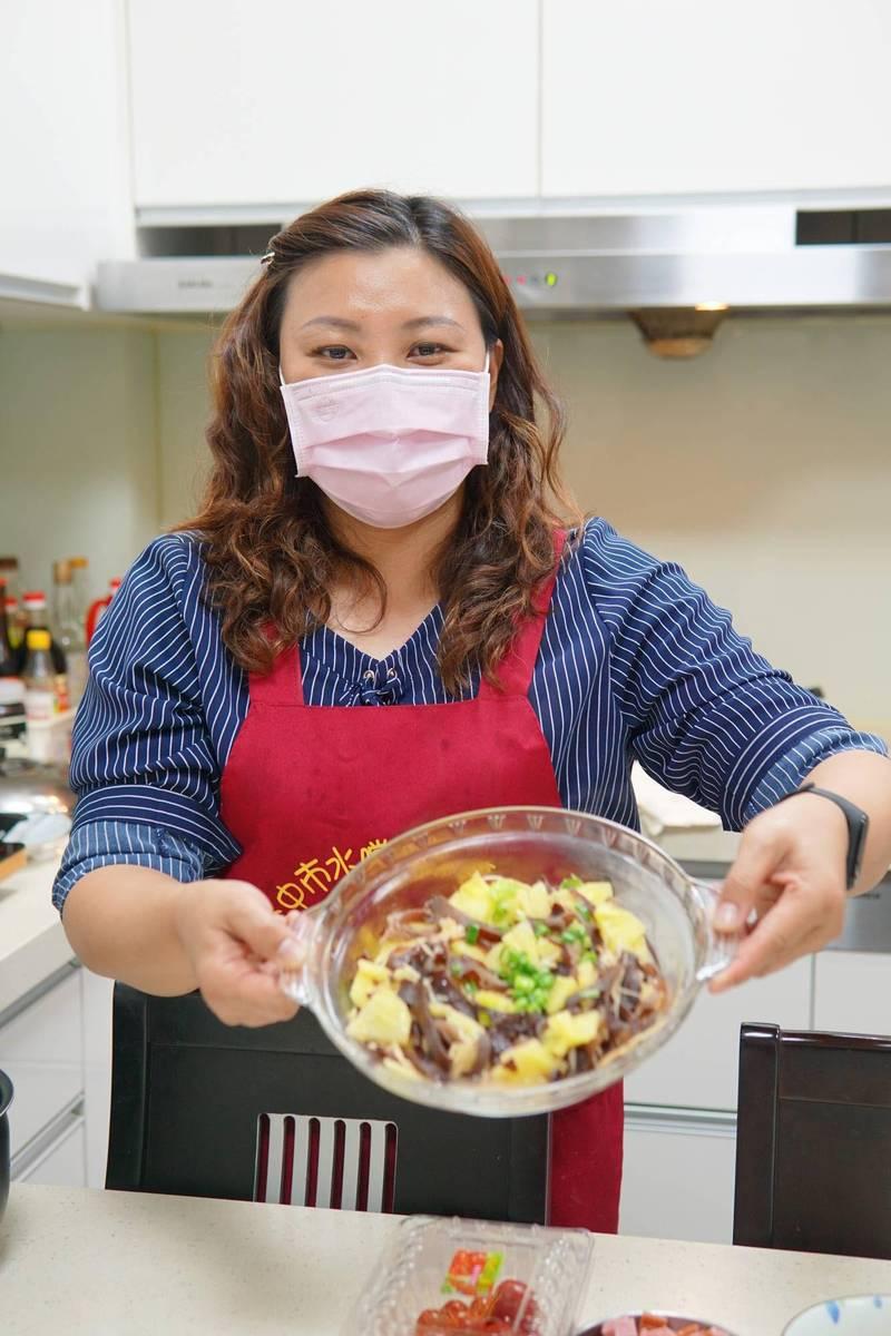 國光里長陳雅惠下廚煮了「鳳梨炒薑絲木耳」。(記者何宗翰攝)