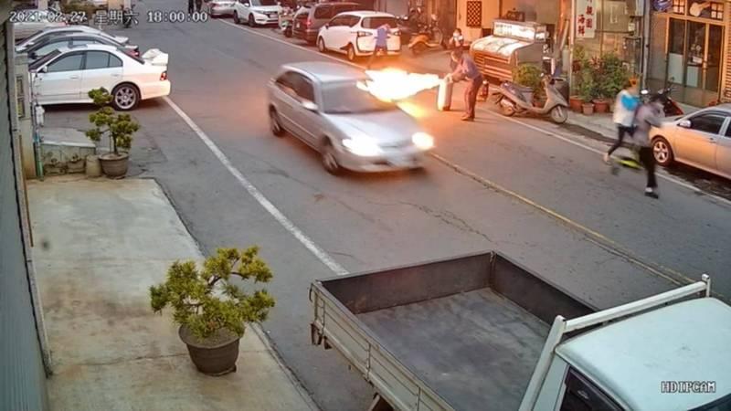 老闆拉出起火的瓦斯桶。(記者張聰秋翻攝)