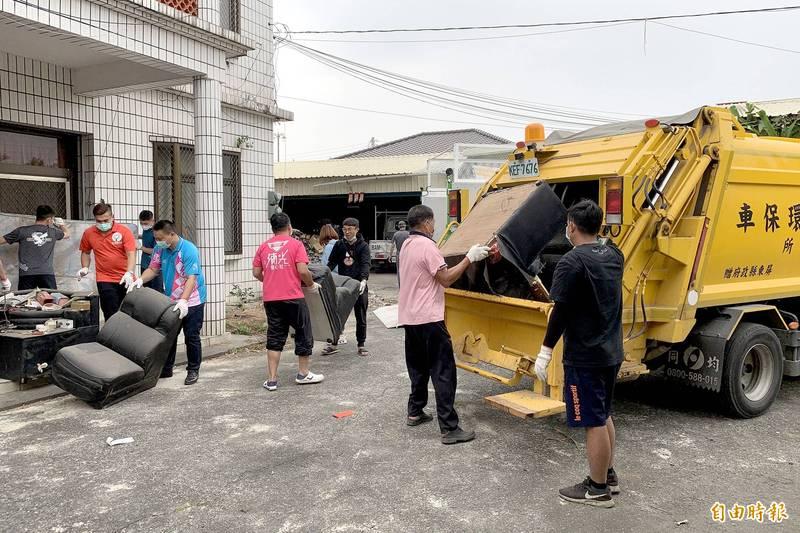 內埔鄉親與志工協助案主家清出1噸垃圾。(記者邱芷柔攝)