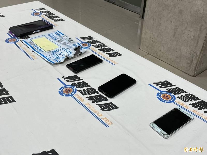 警方查扣犯案手機等贓證物。(記者邱俊福攝)
