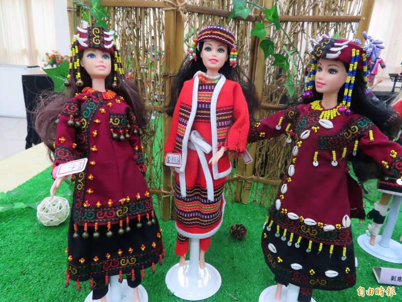 新北市立圖書館泰山分館推出「芭比的100種姿態」台灣服裝秀。(記者周湘芸攝)