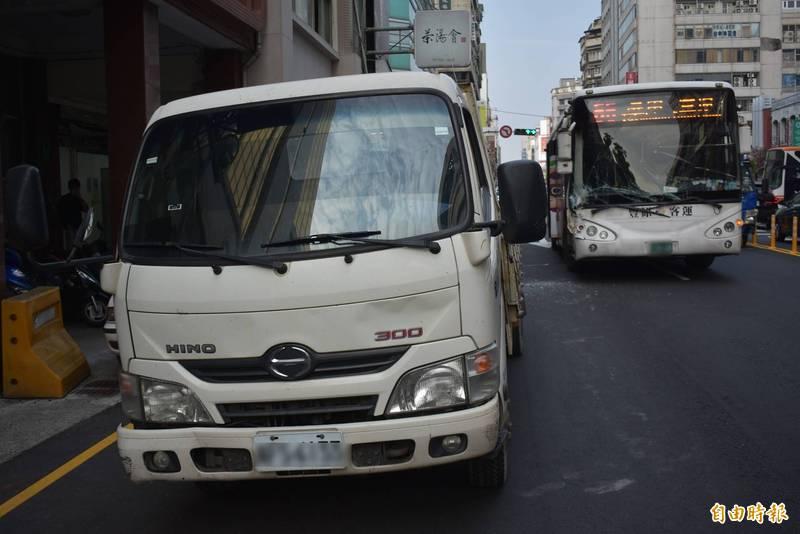 貨車(圖左)被公車(圖右)撞上後,往前移動數公尺。(記者張瑞楨攝)
