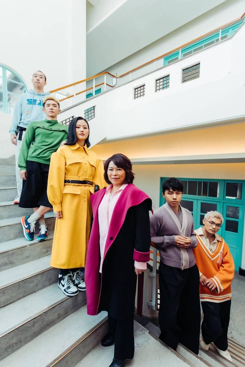 嘉義市長黃敏惠(右3)穿高跟靴、喇叭褲,與「美秀集團」拍時尚照片,為嘉義市觀光宣傳。(嘉義市政府提供)