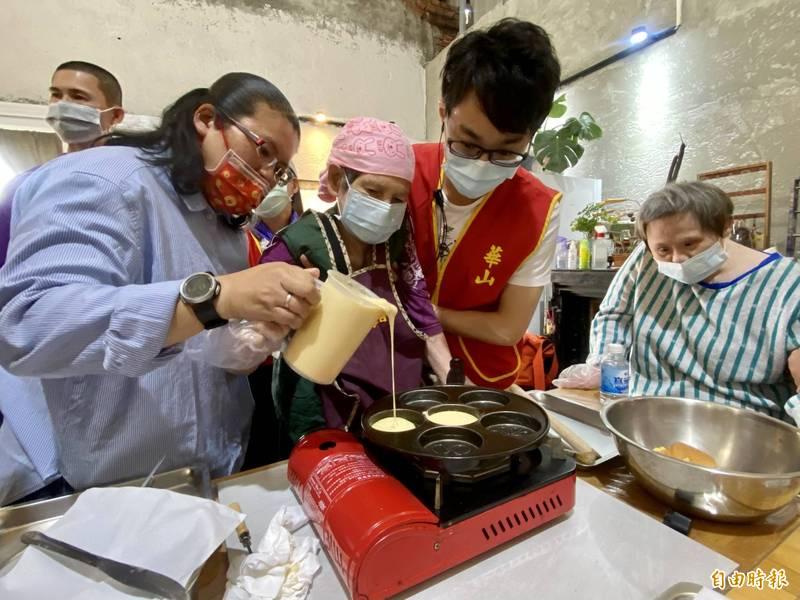 黃阿嬤(前左2)首度嘗試紅豆餅DIY。(記者洪臣宏攝)