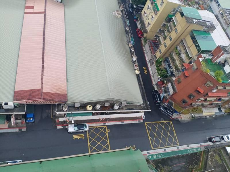台北市政府推動第三肉品市場改建,當地居民憂心完工後大型車輛頻繁進出窄巷,造成嚴重交通衝擊,威脅居民安危。(記者鄭名翔翻攝)