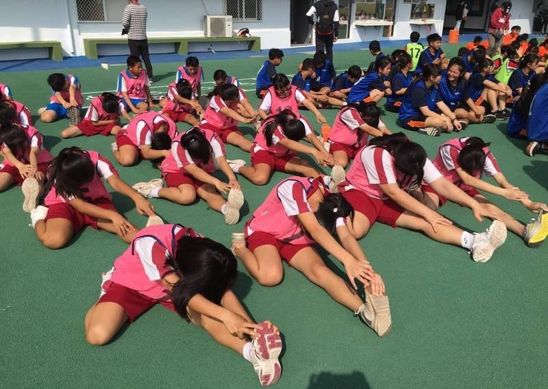 飛沙國中接力賽跑大隊因男學生不足,以14女6男上陣仍奪得第5名。(陳昭龍提供,記者鄭旭凱翻攝)