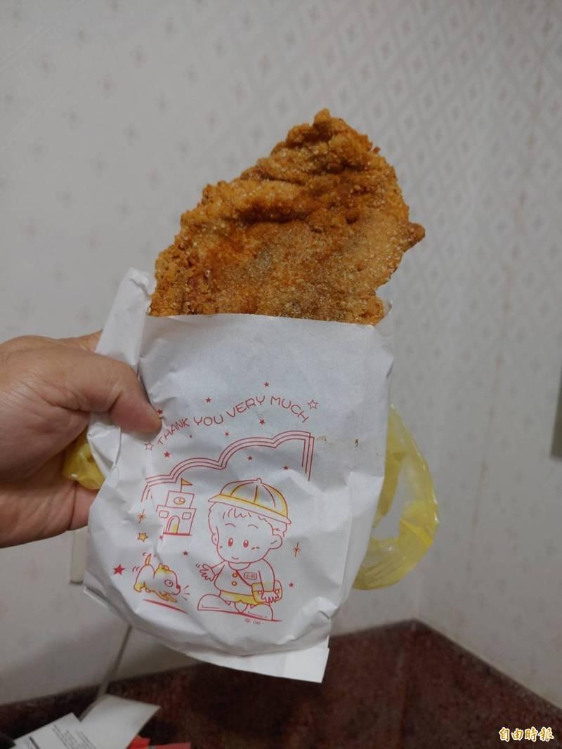 對都會區學生而言,雞排只是再平常不過的零食,但對於沿海偏鄉的飛沙國中學生而言卻是奢侈。(記者鄭旭凱攝)