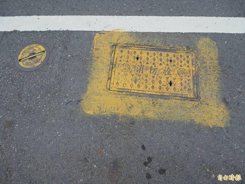 平面式消防栓有寫消防栓的字樣且塗黃漆,南投縣府工務處表示,設置處的道路邊線會改畫紅線。(記者陳鳳麗攝)