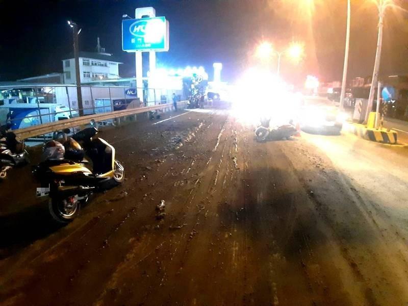 砂石車載運的泥漿溢出,路面泥濘,造成後方機車滑倒,騎士受傷送醫。(民眾提供)
