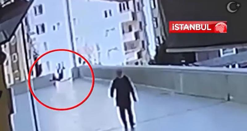 土耳其伊斯坦堡日前發生一起少年為撿手機不慎墜樓的意外事件。(圖翻攝自HABER Ci官方YouTube)