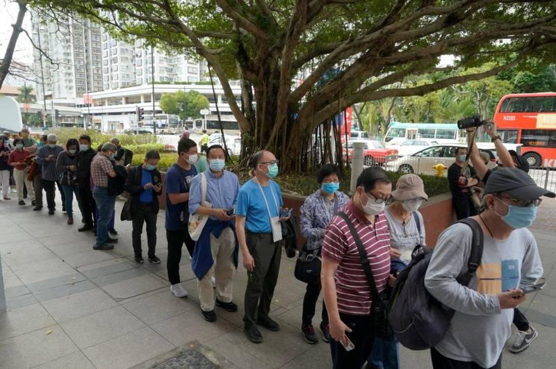 香港昨增9例確診,累積病例逾1.1萬人。圖為排隊打疫苗的香港民眾。(美聯社)