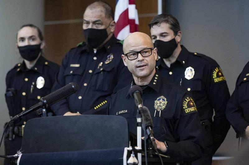 達拉斯市警局局長賈西亞針對警員萊瑟涉嫌買凶謀殺發表聲明。(美聯社)