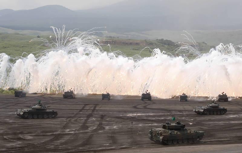 日本陸自陸上幕僚長湯淺悟郎4日透露,正協調與法軍、美軍在日本國內進行聯演,如協調成功,將是三國陸上部隊首次在日本聯演,不過最快得等到5月以後,圖為日本陸自戰車演訓。(美聯社資料照)