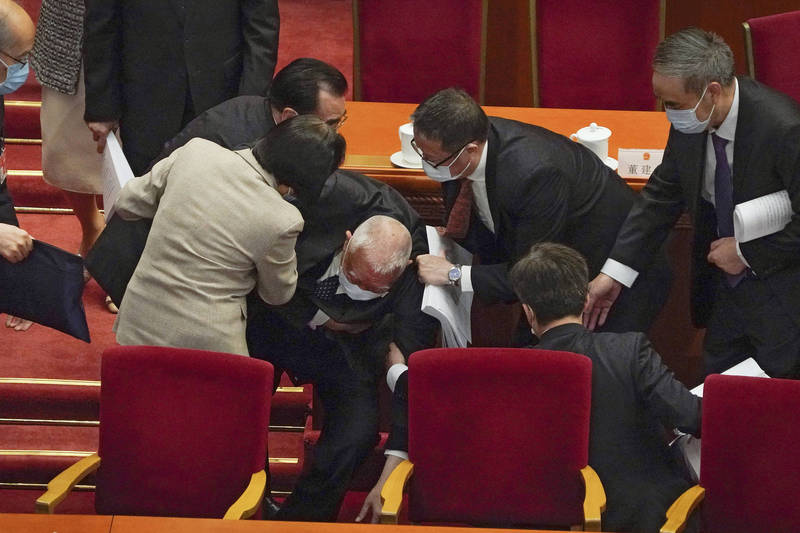 The National People's Congress of China opened today. Former Hong Kong Chief Executive and Vice Chairman of the National Committee of the Chinese People's Political Consultative Conference, Tung Chee-hwa, also attended the meeting. However, he accidentally fell on stage when he left the venue. People on the scene immediately stepped forward to help.  (Associated Press)