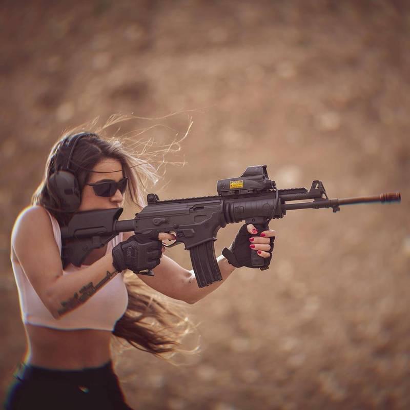 26歲的茱莉號稱為「槍皇后」。(圖擷取自「Orin Julie - אורין ג׳ולי」臉書)