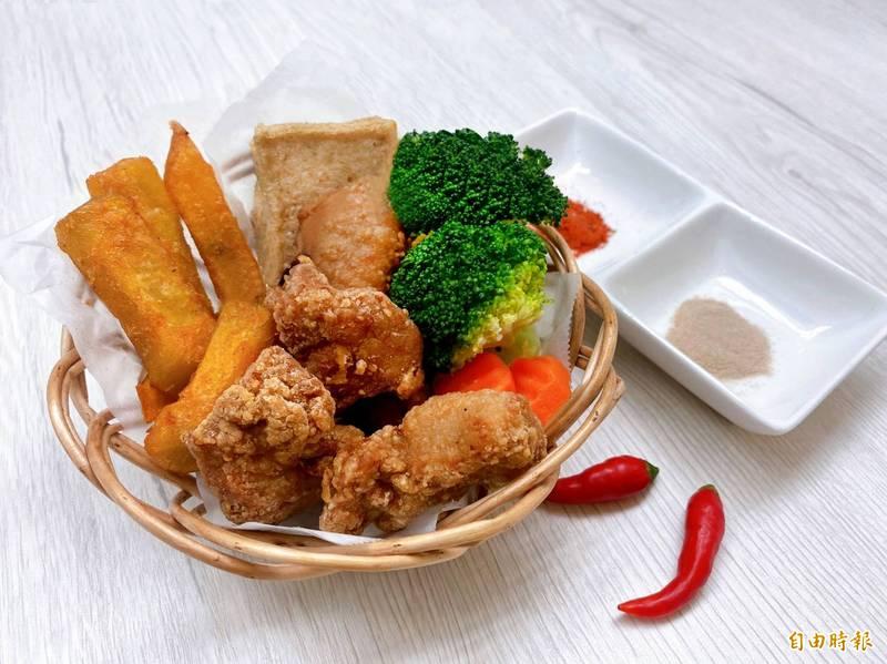 鹹酥雞是台灣獨有的特色美食,有網友PO文詢問怎麼調味才好吃,意外引發「加粉」和「加醬」兩派網友論戰。(資料照)