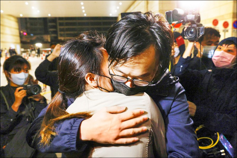 林景楠如釋重負地和妻子擁抱。(路透)