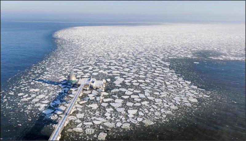 德國北部齊諾維茨鎮波羅的海海域碼頭附近上月14日有大片浮冰,僅供示意,與此報導內容無直接關聯。(美聯社檔案照)