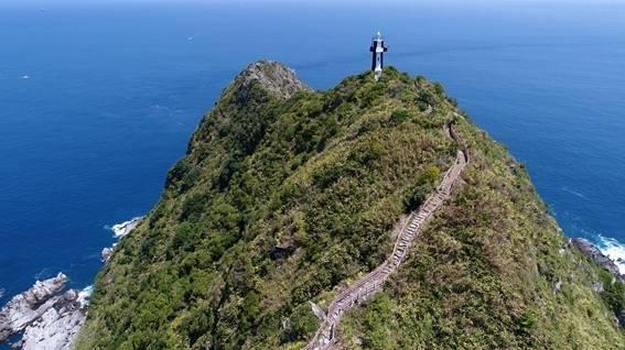 登上基隆嶼步道可俯瞰360度無障礙視角的獨特海景。(基隆市政府提供)