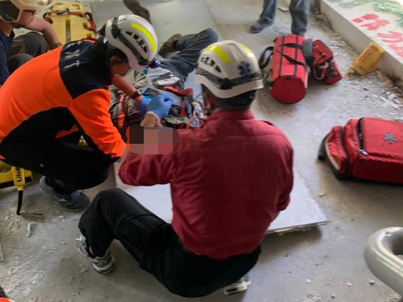 南科園區三抱竹路一處舊廠房今早進行拆除工程時,一條鋼條不慎掉落砸傷一名工人,導致工人頭骨破裂、意識模糊,送醫搶救中。(民眾提供)