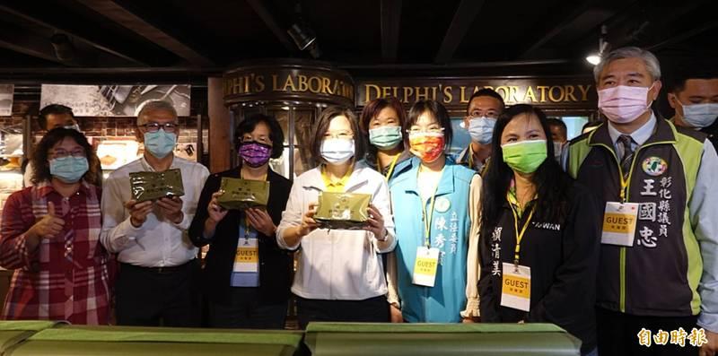 總統蔡英文見到彰化縣餅乾工廠接受軍方委託所做的軍用野戰口糧,開心不已。(記者劉曉欣攝)