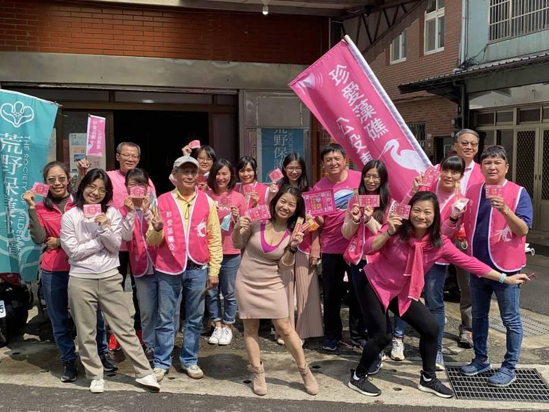 珍愛藻礁公投工作小組號召穿上粉紅衣,一起守護粉紅藻礁。(珍愛藻礁公投工作小組提供)