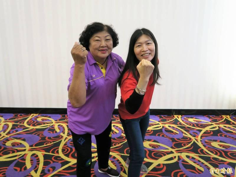 許佳音(左)與顏秋蓉皆5度擔任家扶隊長,長年奉獻愛心給弱勢家庭的孩童。(記者許麗娟攝)