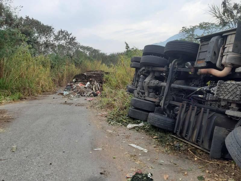 南投水里鄉又遭偷倒廢棄物,棄置的廢棄物將近百噸,過程中卡車司機疑似操作不慎翻車。(記者劉濱銓翻攝)