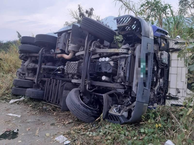 南投水里鄉又遭偷倒廢棄物,卡車司機疑似操作不慎翻車,事後還逃逸。(記者劉濱銓翻攝)