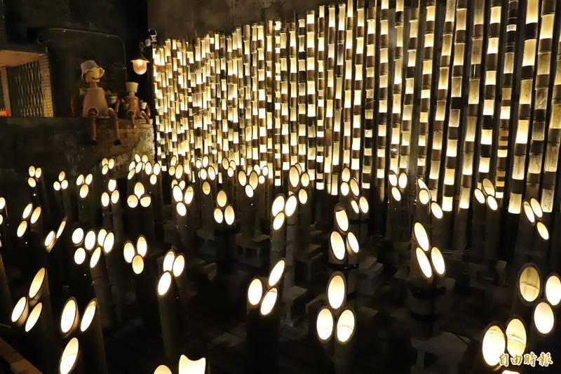 用數百支竹子、上千盞燈炮打造的「竹本祭水巷」是今年北港燈會巷弄燈區的亮點。(記者黃淑莉攝)