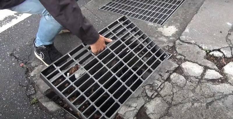 花蓮市明廉國小周邊水溝蓋,近日遭人惡意沿路掀起,危及學童及上班族行人用路安全。(記者王峻祺翻攝)