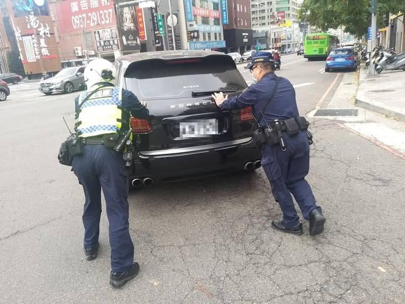 保時捷拋錨卡在路口,警察「神救援」推至路旁。(記者張瑞楨翻攝)