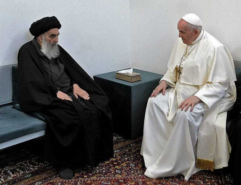 天主教教宗方濟各(右)今天在伊拉克,會見當地伊斯蘭教什葉派最高領袖大阿亞圖拉希斯塔尼(左),寫下現代宗教史里程碑。(法新社)
