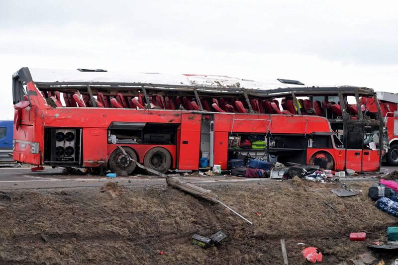 烏克蘭一輛從波蘭返鄉的巴士滿載57人卻發生墜溝意外,造成6人死亡30餘人受傷,車體損壞畫面曝光。(歐新社)