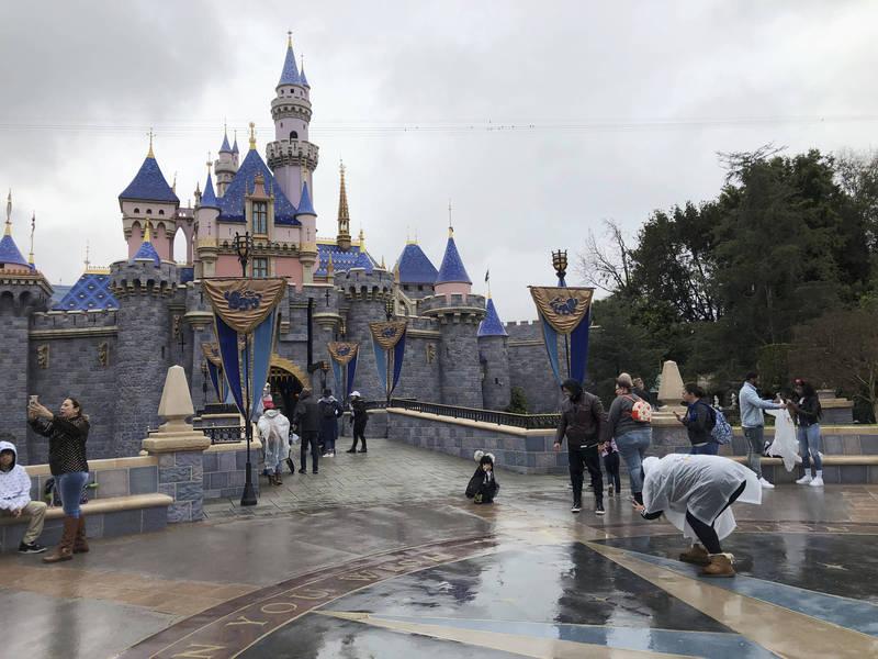 加州迪士尼等戶外娛樂場所將在下個月開放營業。(美聯社)