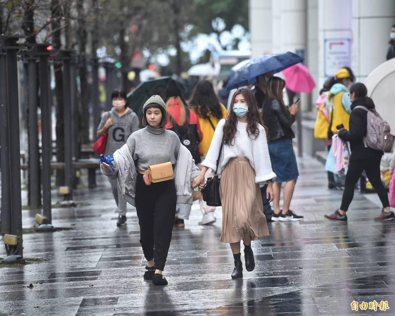 下午起鋒面雲系影響台灣,中部以北及東半部明顯降雨,伴隨閃電及較大雨勢,北台灣稍轉涼。(資料照)