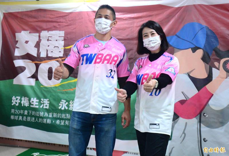民進黨立委吳思瑤(右)與壯闊台灣創辦人吳怡農(左)出席首屆女棒聯賽閉幕頒奬典禮。(記者王藝菘攝)