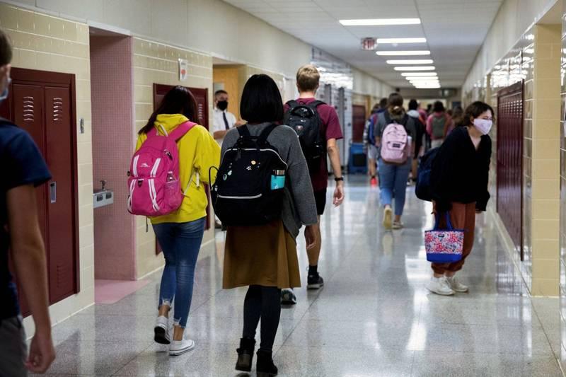 美國德州一所高中的英語課近來發布了「騎士精神」作業,要求女學生服從男性所有合理要求,若不確定是否合理可以詢問老師。美高中女學生示意圖,與本新聞無關。(路透)