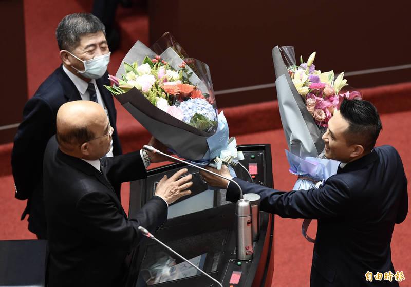 國民黨立委陳以信(右)5日獻花給行政院長蘇貞昌(左前)、衛福部長陳時中(左後),感謝對防疫的付出。(資料照)