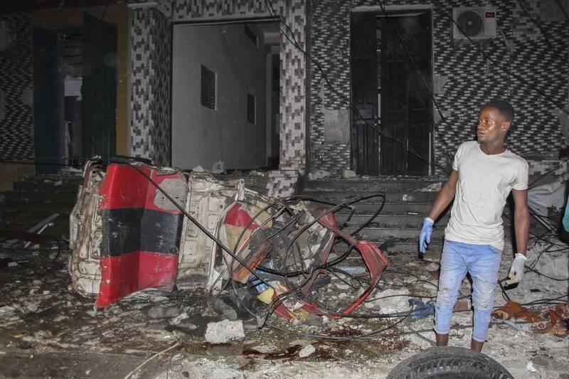索馬利亞首都餐館遭遇汽車炸彈攻擊,已知至少造成20人死亡、30人受傷。圖為爆炸後的慘況。(歐新社)