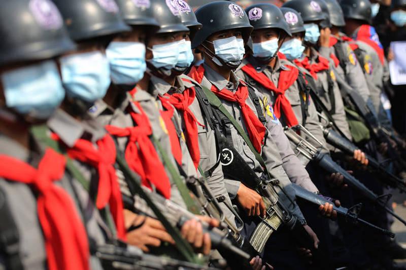 緬甸軍警鎮壓手段則越來越血腥暴力,已有警察不願服從指令,越境至印度尋求庇護。(路透)