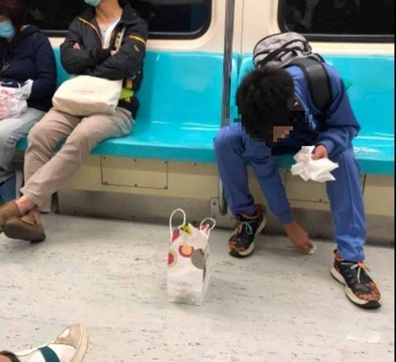 原PO指出,周圍乘客見狀不僅沒視若無睹,反而紛紛上前遞上衛生紙、新的口罩與紙袋,這一景象讓她感動直呼「一切那麼的安靜,又那麼的溫暖」。(圖擷取自臉書社團《我是板橋人》)