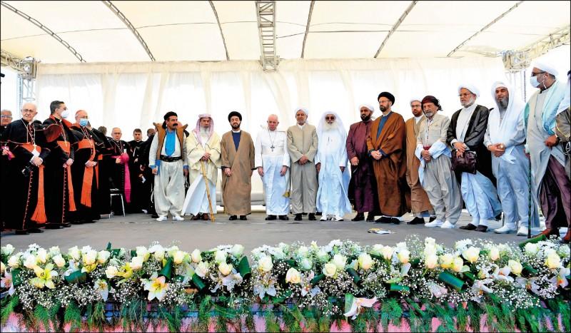 方濟各(胸前掛十字架者)六日前往伊拉克南部的濟加爾省(Dhi Qar)沙漠古城吾珥。他並在當地與該國各界宗教人士會晤,一起舉行一場跨宗教祈禱活動。(法新社)