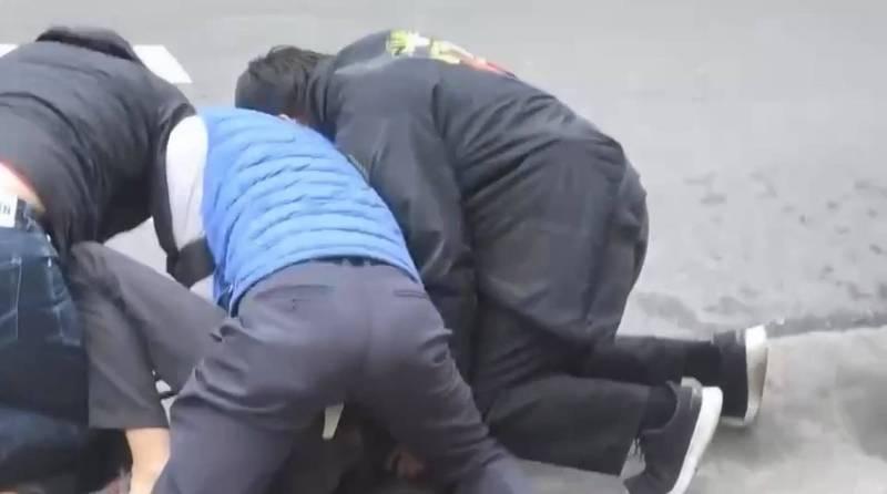 嫌犯陳志明對警方開槍,最終遭壓制,所幸沒有人員傷亡。(記者徐聖倫翻攝)