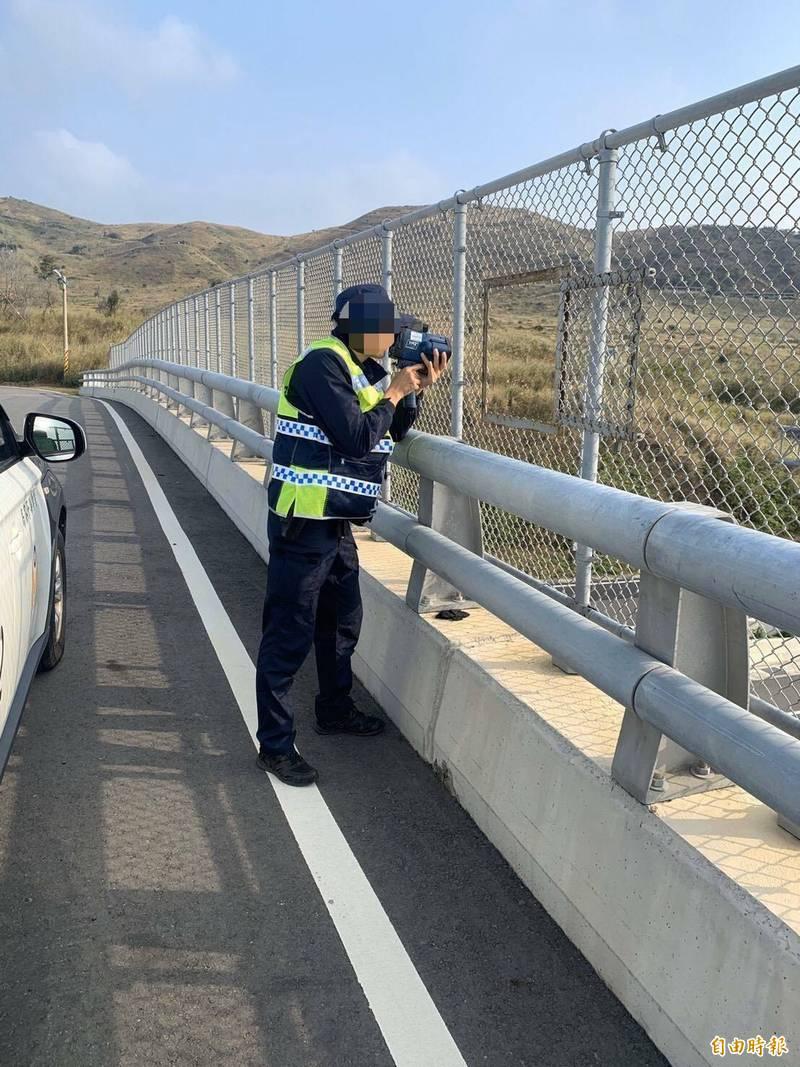 爆資安疑慮後苗栗縣西濱區間測速拆除,改由交通隊全天候跨越橋取締。(記者蔡政珉攝)