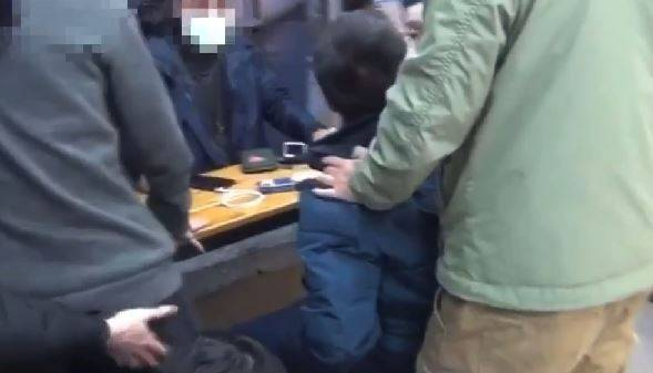 警一舉逮捕車手頭在內共4名車手。(記者鄭景議翻攝)