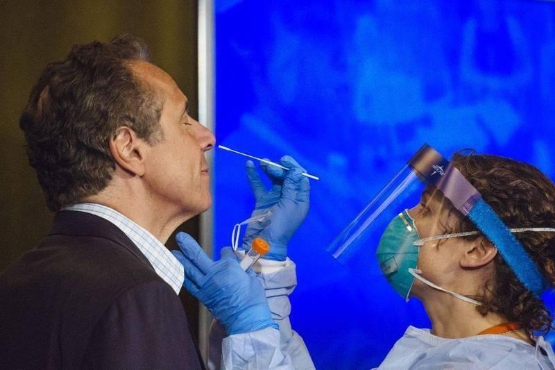 古莫被揭發去年接受病毒檢測時,調戲為他採樣的女醫師杜福特(右)。(彭博)